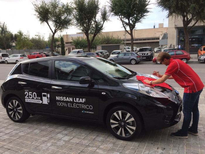 Mendieta drives the streets of Barcelona for Nissan